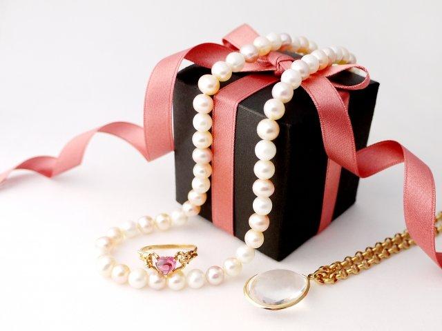 旦那のカバンから女性宛てのプレゼントが(イメージ)