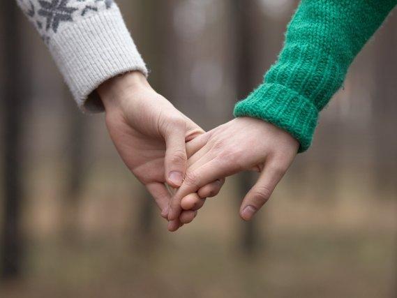 妻が他の男と手を繋いで?(イメージ)