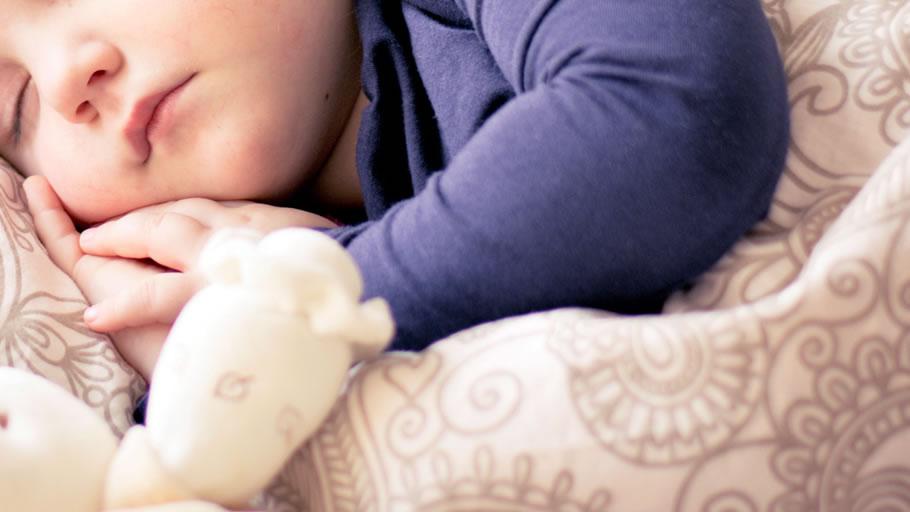 子供の寝顔で浮気調査を決意する妻(イメージ)
