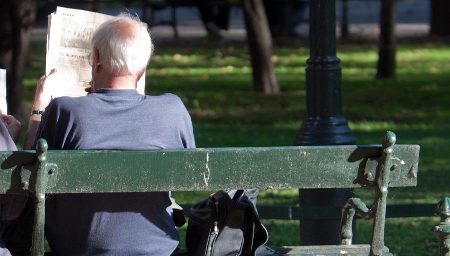年老いたご両親に近づく人影 ※写真はイメージです