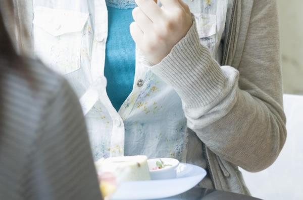 夫の浮気を幼馴染に相談(イメージ)